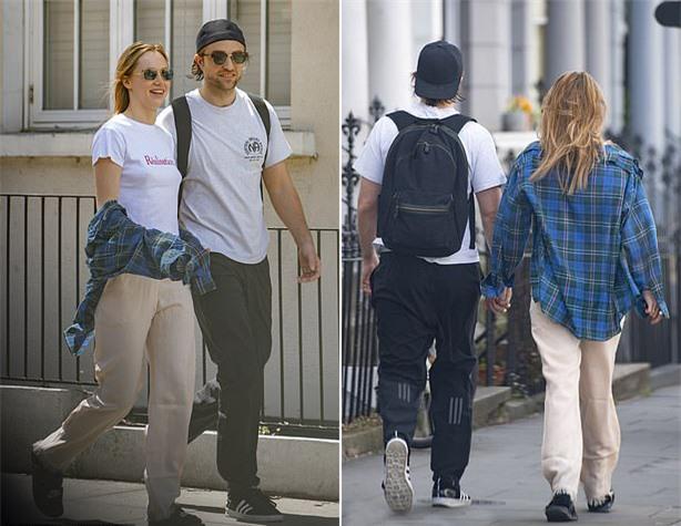 Pattinson trước đây từng đính hôn với ca sĩ FKA Twigs và hủy hôn năm 2017. Trong khi đó Suki Waterhouse từng có mối quan hệ vài năm với nam diễn viên Bradley Cooper.
