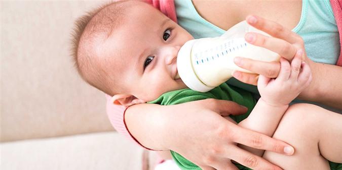 Không nên cho bé vừa nằm vừa uống dễ sặc sữa