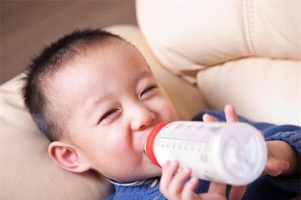 Không nên cho bé uống nhiều loại sữa một lúc