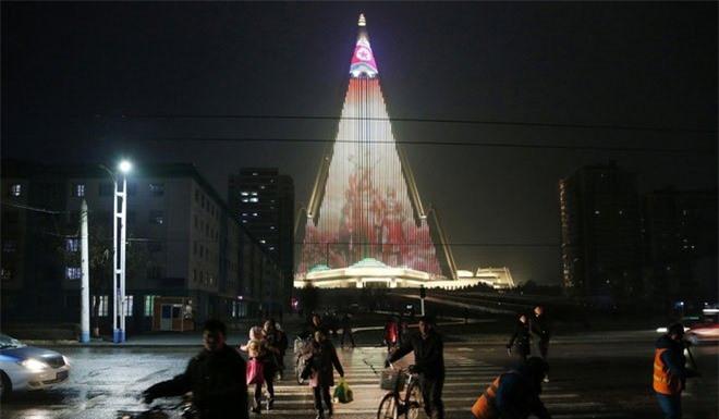 Khách sạn Ryugyong trông như một kim tự tháp khổng lồ.