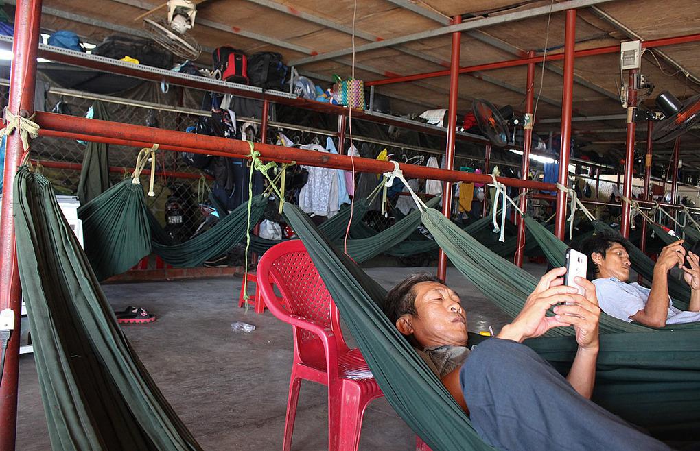 Khách qua đêm thường ngủ ở những chiếc võng cố định bên trên có kệ đựng đồ dùng. Ảnh: Diệp Phan.
