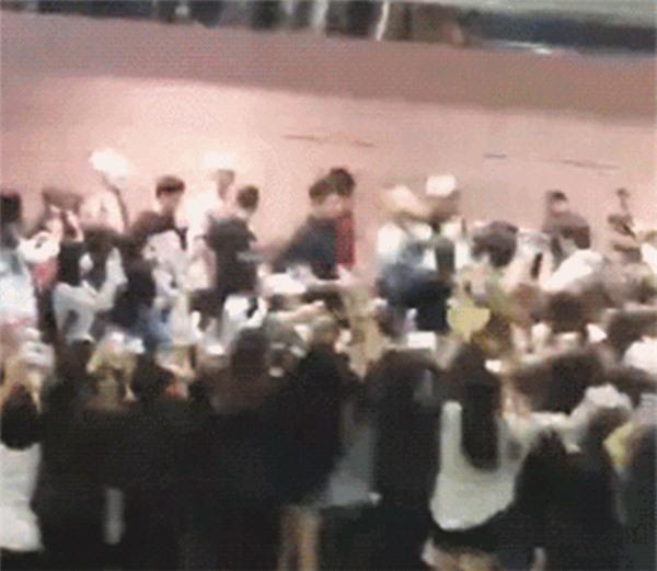 Những màn đuổi bắt kinh hãi của fan cuồng khiến BTS trăm năm ám ảnh - Ảnh 4