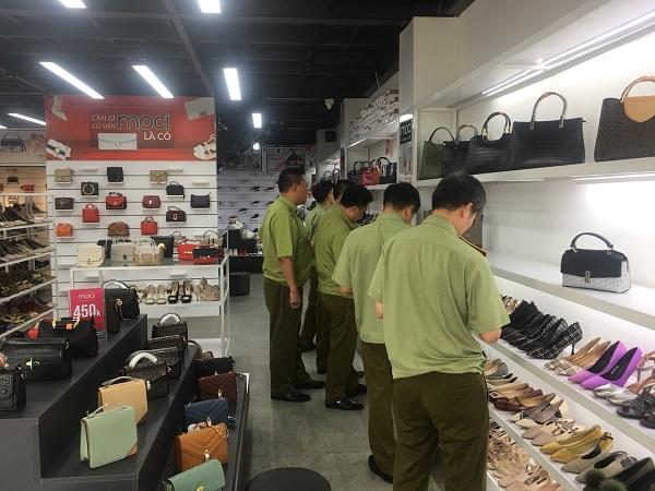 Tạm giữ 1.478 đơn vị hàng hóa là giầy dep, túi xách có dấu hiệu không rõ nguồn gốc tại cửa hàng giầy dép, túi xách Moci, số 343, Nguyễn Văn Linh, phường Tân Bình, TP Hải Dương