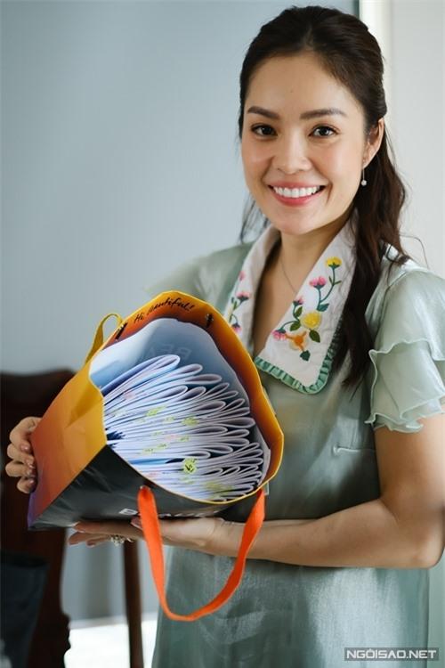 Một túi đầy kịch bản được đánh số theo tập là hành trang tuyệt đối không thể thiếu của Dương Cẩm Lynh khi ra phim trường.