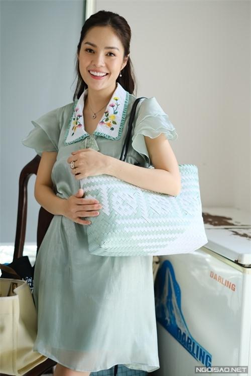 Dương Cẩm Lynh giới thiệu chiếc túi thần kỳ của mình, bên trong lưu giữ đủ trà bổ, nước uống, đồ ăn vặt, quạt sạc điện... giúp cô sinh hoạt tiện nghi dù đi quay phim xa.