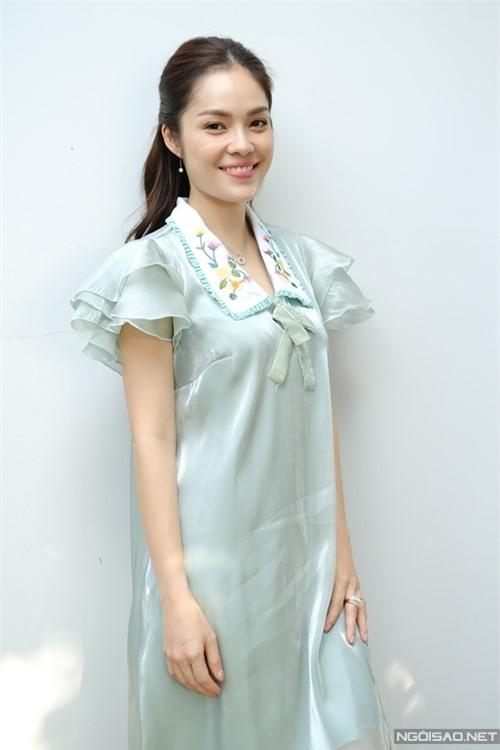 Vào vai một tiểu thư nhà giàu, Dương Cẩm Lynh thỏa mong ước đem gu thời trang nữ tính, nhẹ nhàng ngoài đời vào phim.