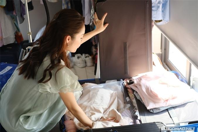 Đầu tư cho vai diễn Quỳnh trong Bánh mì ông Màu, Dương Cẩm Lynh chọn lọc nhiều bộ váy áo sẵn có, mua thêm và được tài trợ nhiều bộ khác để đóng phim. Cô xách tới trường quay hai vali đầy ắp quần áo để phục vụ cho phim. Hết vài tập, cô đem đồ đã quay về và mang những bộ đồ mới tới thay thế.
