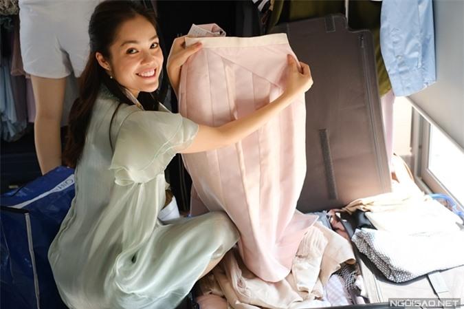 Dương Cẩm Lynh khoe chiếc váy xinh xắn mà cô yêu thích. Cô dành khoảng 45 phút để sắp đồ vào buổi tối hôm trước cùng trợ lý. Trên phim trường, tổ phục trang của đoàn phim hỗ trợ Dương Cẩm Lynh quản lý trang phục.