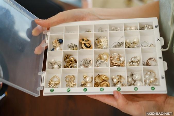 Dương Cẩm Lynh mua những chiếc hộp nhựa trong một chuyến du lịch Thái Lan, dùng để bảo quản những đôi bông tai.