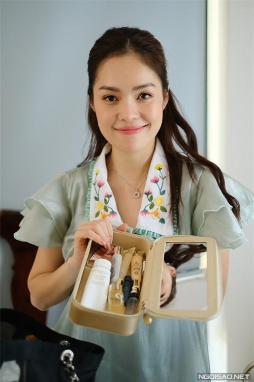 Đóng phim bận rộn nhưng không quên dưỡng nhan, Dương Cẩm Lynh luôn mang kem chống nắng và nhiều sản phẩm dưỡng da bên mình.