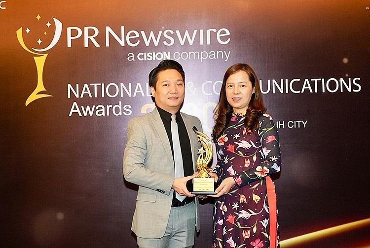 Bà Nguyễn Thị Thúy Bình, Phó Tổng giám đốc Vietjet nhận giải thưởng từ PR Newswire