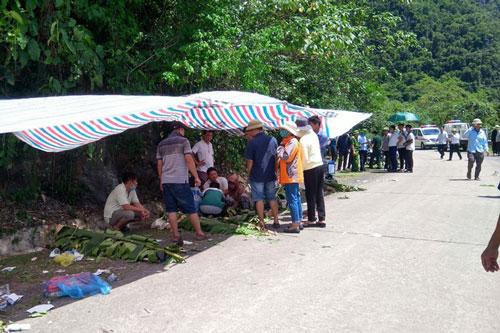 Hàng trăm người đã được huy động đến hiện trường để tham gia cứu hộ cứu nạn. Ảnh: TTXVN.