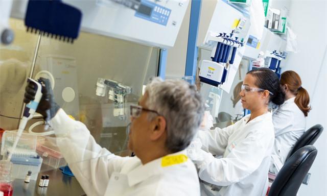 Mỹ đầu tư gần 1 tỷ USD phát triển vaccine COVID-19 - Ảnh 1.