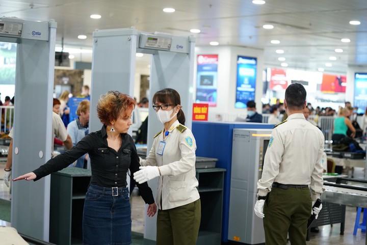 Kiểm soát chặt thân nhiệt hành khách đến TP.HCM từ các tỉnh, thành tại sân bay Tân Sơn Nhất trước đó