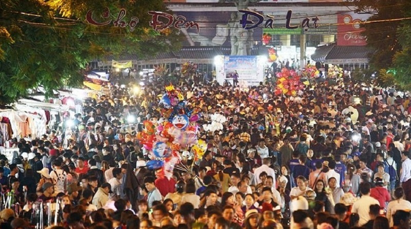 Đà Lạt - Lâm Đồng đang là mùa cao điểm du lịch nên lượng khách du lịch đến đây rất đông. Chỉ tính riêng ngày chủ nhật (26/7) vừa qua đã ghi nhận có 37.600 khách đến Đà Lạt.