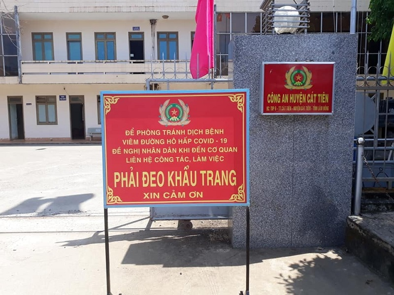 Sau chỉ đạo của Chủ tịch UBND tỉnh Lâm Đồng, sáng 28/7, nhiều nơi trên địa bàn tỉnh đã đặt biển khuyến cáo người dân phải đeo khẩu trang.