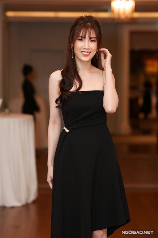 Hoa hậu Phí Thùy Linh từ Hà Nội vào Sài Gòn dự event.