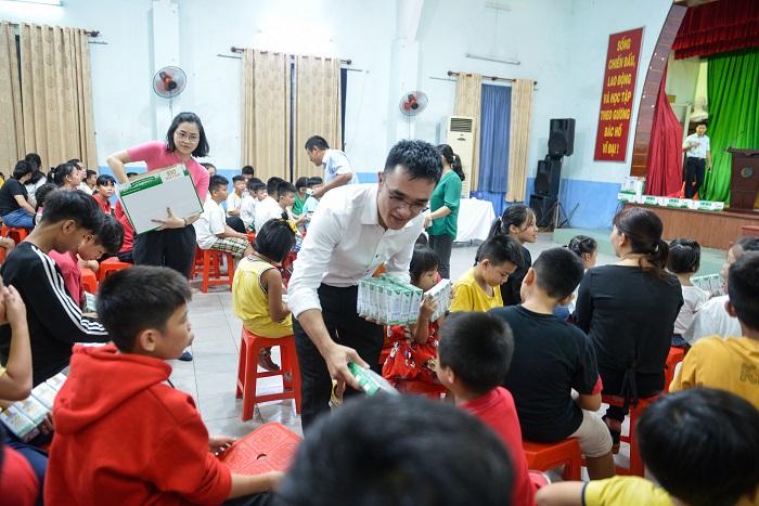 Các em nhỏ Làng Thiếu niên Thủ Đức hân hoan nhận sữa từ các đại biểu trong chương trình.