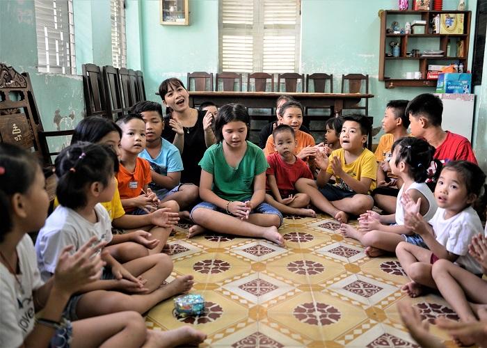 Chị Nguyễn Thị Ánh Thu, một trong những người mẹ nhân hậu ở Làng Thiếu niên Thủ Đức đang sinh hoạt cùng các bé