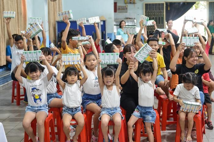 Trong năm 2020, Quỹ sữa Vươn cao Việt Nam và Vinamilk trao tặng 120.500 ly sữa, tương đương khoảng 897 triệu đồng cho 1340 trẻ em khó khăn tại Tp.HCM.