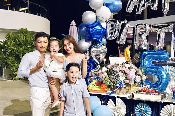 Gia đình Khánh Thi - Phan Hiển trong tiệc mừng sinh nhật của Kubi ở resort 5 sao.