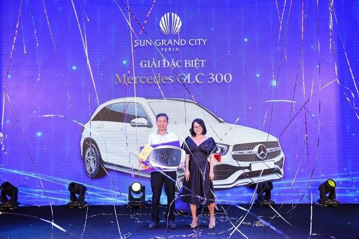 Vượt qua hàng trăm lá phiếu, chủ nhân của một căn biệt thự Mallorca đã may mắn nhân đôi niềm vui khi giành giải đặc biệt - chiếc xe Mercedes GLC 300.