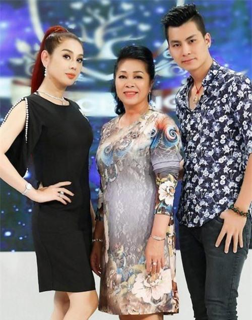 Vợ chồng Lâm Khánh Chi cùng mẹ chồng cô - bà Trần Thị Liên (giữa).