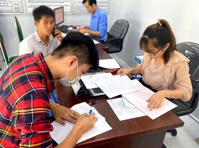 Chồng Lâm Khánh Chi ký giấy nhận căn nhà 9 tỷ mẹ cho hôm 28/7, tại Vũng Tàu.