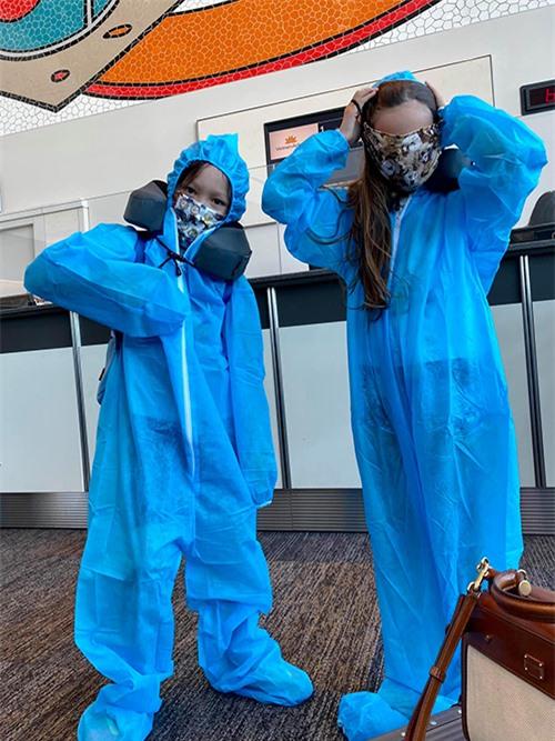 Tôm và Tép mặc đồ bảo hộ kín mít khi về Việt Nam.