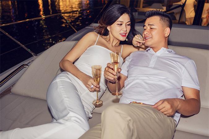 Oanh Yến đang sống hạnh phúc bên ông xã doanh nhân Tân Long. Cả hai đã có 4 con chung, tình cảm ngày càng mặn nồng, gắn bó.