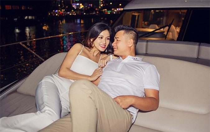 Hôm 28/7 hoa hậu cùng chồng đại gia có dịp nằm du thuyền sang trọng trị giá 3 triệu USD vi vu ngắm cảnh đêm trên sông Sài Gòn. Oanh Yến trân trọng những khoảnh khắc hiếm hoi vợ chồng cô được tình tứ, trò chuyện thân mật cùng nhau.