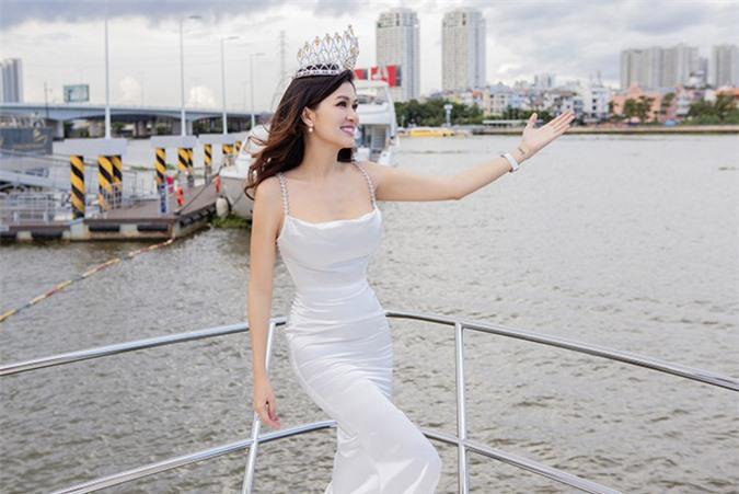 Oanh Yến tiết lộ, du thuyền do một công ty tài trợ cho cô ghi hình, chụp ảnh chuẩn bị dự thi Hoa hậu Quý bà Hoàn vũ Thế giới 2020 (Mrs Universe World). Gái 6 con tự tin với vóc dáng thon thả sau gần 4 tháng sinh con thứ sáu.