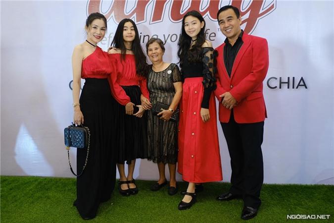 Vợ chồng Quyền Linh bên hai con gái Lọ Lem (phải), Hạt Dẻ.