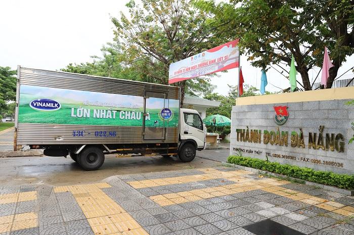 Vào sáng 31/07, những chuyến xe của Vinamilk đã chuyển các sản phẩm đến điểm tiếp nhận tại Đà Nẵng.
