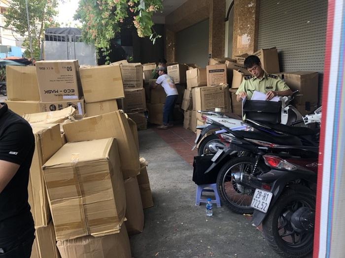 Nhiều thùng khẩu trang không rõ nguồn gốc bị phát hiện tại Hà Nội