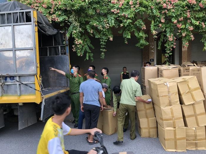 Lực lượng chức năng tiến hành thu giữ nhiều thùng khẩu trang không rõ nguồn gốc tại Hà Nội