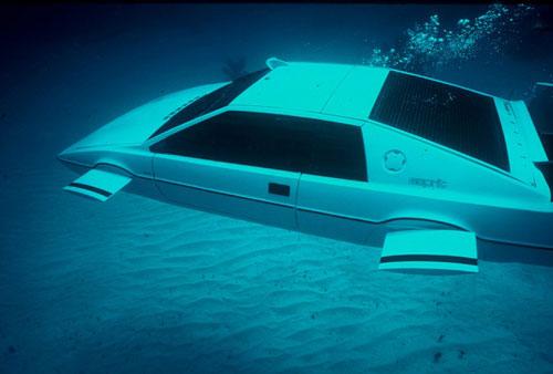 Không có gì ngạc nhiên khi người sáng lập Tesla yêu thích xe hơi. Bộ sưu tập của Elon Musk gồm một chiếc Ford Model T 1920, Jaguar E-Type Roadster 1967 và một chiếc ô tô kiêm tàu ngầm nổi tiếng Lotus Esprit của điệp viên 007 James Bond trong phim The Spy Who Loved Me giá gần 1 triệu USD, được mua vào năm 2013. Ảnh: Reuters.