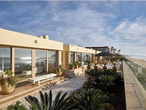 Được xây dựng bởi kiến trúc sư Ken Ronchetti vào năm 1999, hàng hiên rộng lớn hướng biển là điểm nhấn khiến căn biệt thự trở nên đắt giá. Tổng diện tích của biệt thự khoảng 540 m2, có bể sục nước nóng với sức chứa 10 người, spa chăm sóc sức khỏe và bể bơi hướng biển. Ảnh: Business Insider.