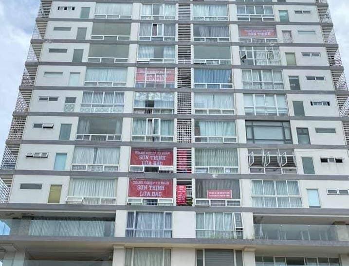 Cư dân Sơn Thịnh 2 treo băng rôn khắp tòa nhà tố cáo chủ đầu tư. (Ảnh: PV)