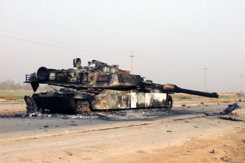 Một xe tăng chiến đấu chủ lực M1 Abrams bị bắn cháy. Ảnh: TASS.
