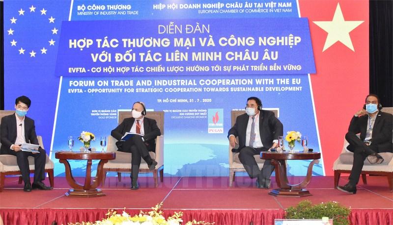 Các đại biểu trao đổi tại diễn đàn trực tuyến hợp tác thương mại và công nghiệp với đối tác Liên minh châu Âu. (Ảnh: ĐL)
