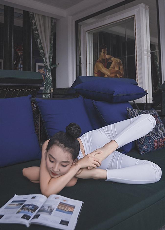 [Caption] Từ vận động viên dancesport nhí, Bảo Châu đến với yoga rất tình cờ từ năm 13 tuổi cùng các chuyên gia Ấn Độ. Trong hơn 4 năm theo đuổi bộ môn này, không ít lần em gặp chấn thương nhưng vẫn kiên trì tập luyện để có được vóc dáng 49 kg cùng chiều cao 1,66 m như hiện tại. Cô bé đã có nhiều thay đổi sau khi tập yoga là cơ thể dẻo dai, sức bền tốt hơn và vóc dáng cũng thon thả.