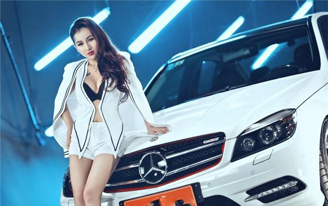 Ngắm Mercedes-Benz C250 AMG cùng người đẹp quyến rũ với 2 tông màu trắng - đen