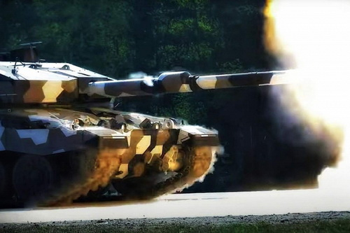 Thử nghiệm pháo 130 mm từ xe tăng chiến đấu chủ lực Challenger 2. Ảnh: Defence Blog.