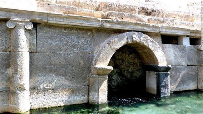 Cổng Ploutonion