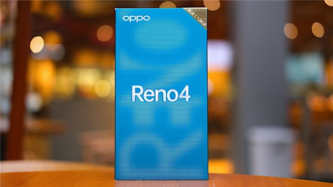 Hộp đựng Oppo Reno4 có tông màu xanh sành điệu với logo Oppo ở góc trên cùng bên trái. Góc trên cùng bên phải có màu vàng chỉ rõ phiên bản RAM 8GB + ROM 128GB và ở chính giữa là tên máy. Tất cả tạo nên vẻ ngoài sang trọng, ấn tượng và trẻ trung theo phong cách Reno.
