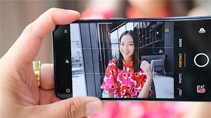 Ấn tượng nhất là camera của Reno4 có chế độ chụp chân dung màu AI (AI Color Portrait) có thêm các bộ lọc màu cho phép người dùng điều chỉnh để làm nổi bật chủ thể hơn, cũng như thay đổi nền thành đen trắng, cả ảnh tĩnh và video. Tính năng này hỗ trợ cả camera trước và sau.