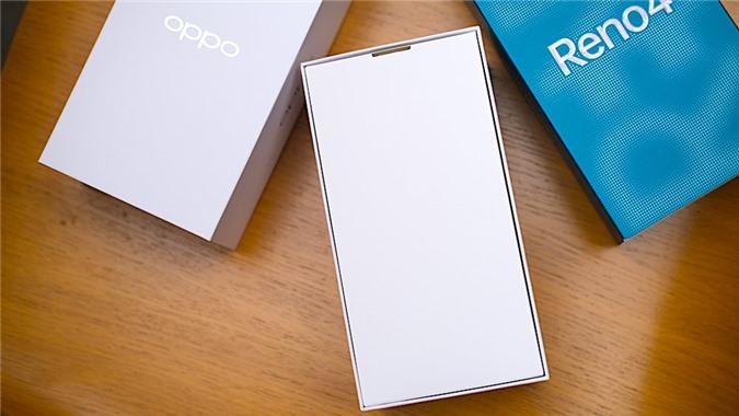 Như thường lệ, hộp màu xanh bên ngoài nhưng bên trong vẫn còn một lớp vỏ hộp màu trắng và trên hộp màu trắng chỉ có logo Oppo.
