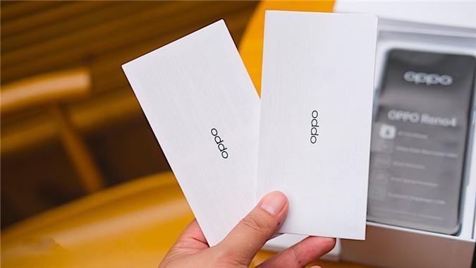 Khi mở hộp Oppo Reno4 chúng ta sẽ thấy sách hướng dẫn, thẻ bảo hành, que chọc SIM và ốp lưng bằng nhựa trong suốt đi kèm.