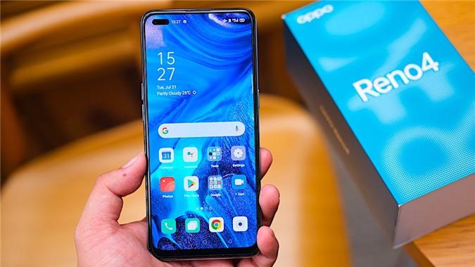 Oppo Reno4 đi kèm với màn hình AMOLED 6,4 inch với thiết kế đục lỗ kép ở góc trên cùng bên trái, nơi bố trí camera selfie kép